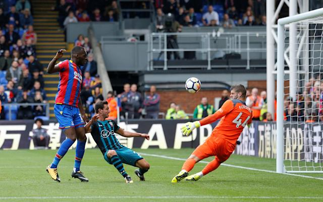 <p>Crystal Palace's Christian Benteke misses a chance to score as Fraser Forster makes the save. </p>