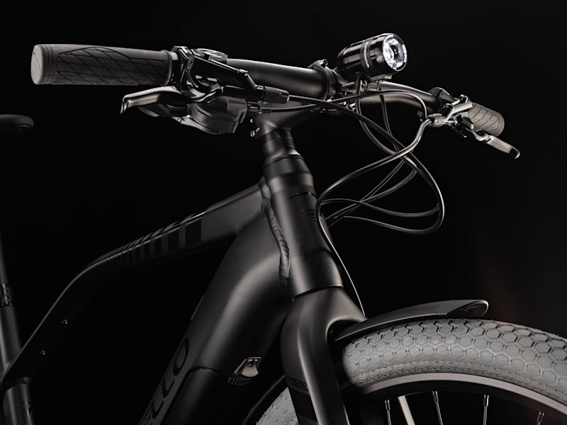 A carbon fork houses a high-volume tyre