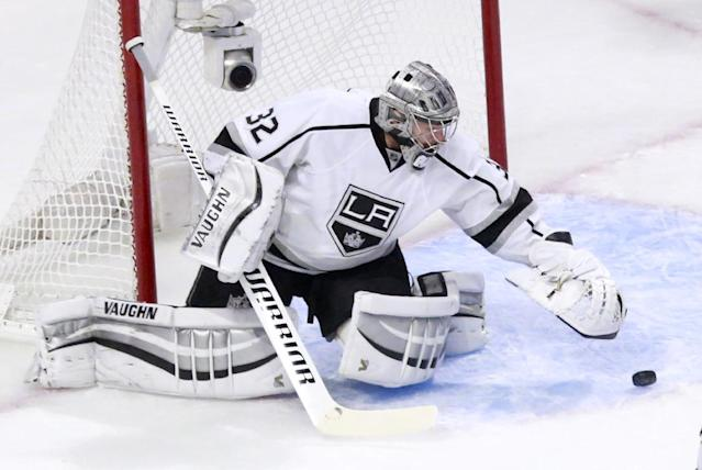 Los Angeles Kings goalie Jonathan Quick makes a save during the first period of Game 1 of the Western Conference finals in the NHL hockey Stanley Cup playoffs against the Chicago Blackhawks in Chicago on Sunday, May 18, 2014. (AP Photo/Charles Rex Arbogast)
