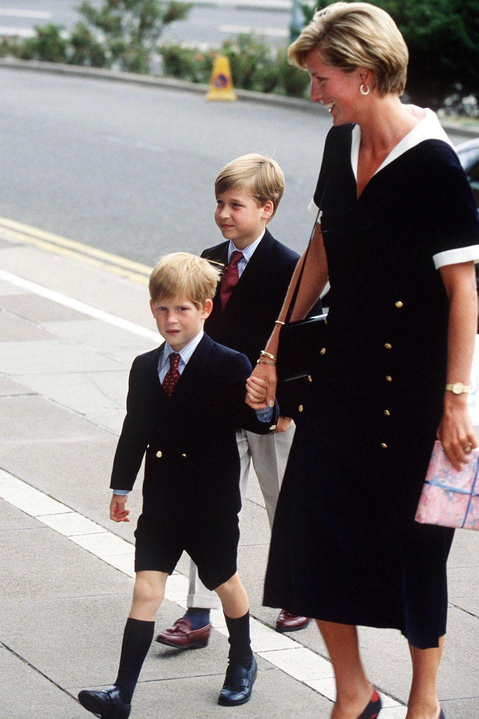 <p>Dressed in matching black looks, the royal family arrives at Nottingham Medical Centre to visit the Prince of Wales after his operation.</p>