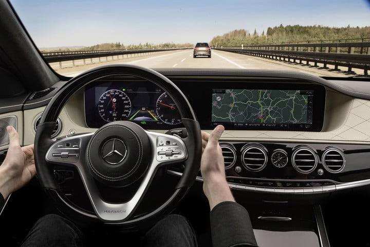 Mercedes-Benz Distronic Plus with steering assists