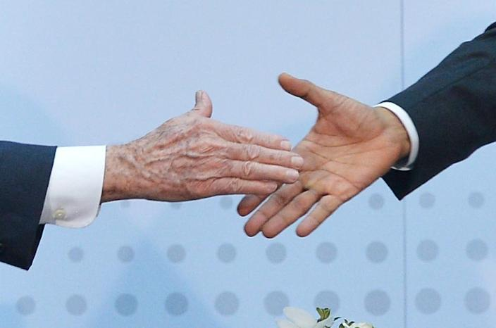 US President Barack Obama (R) shakes hands with Cuba's President Raul Castro (L) on the sidelines of the Summit of the Americas at the ATLAPA Convention center on April 11, 2015 in Panama City (AFP Photo/Mandel Ngan)