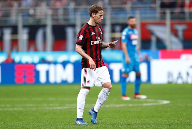 Soccer Football - Serie A - AC Milan vs Napoli - San Siro, Milan, Italy - April 15, 2018 AC Milan's Lucas Biglia reads instructions on a note brought on by substitute Andre Silva REUTERS/Alessandro Garofalo
