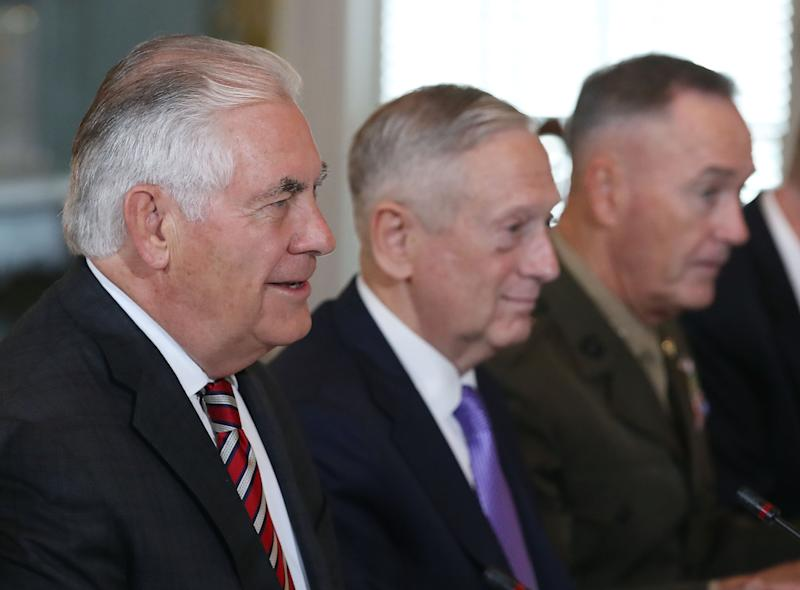 Una reunión en junio de 2017 entre los entonces secretarios de Estado, Rex Tillerson, de Defensa, Jim Mattis, y el jefe del Estado Mayor Conjunto, Joseph Dunford. (Getty Images)