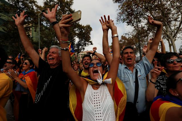 <p>People celebrate after the Catalan regional parliament declares the independence from Spain in Barcelona, Spain, Oct. 27, 2017.<br> (Photo: Juan Medina/Reuters) </p>