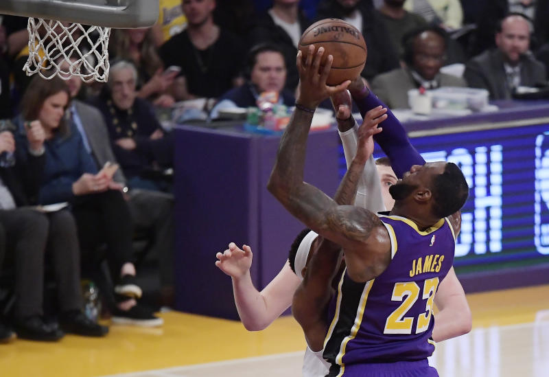 Lakers coach Luke Walton amazed at pass-first LeBron James' scoring feat