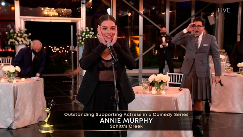"Annie Murphy accepts the Emmy for Outstanding Supporting Actress in a Comedy Series for ""Schitt's Creek."" (Photo: Invision/AP)"