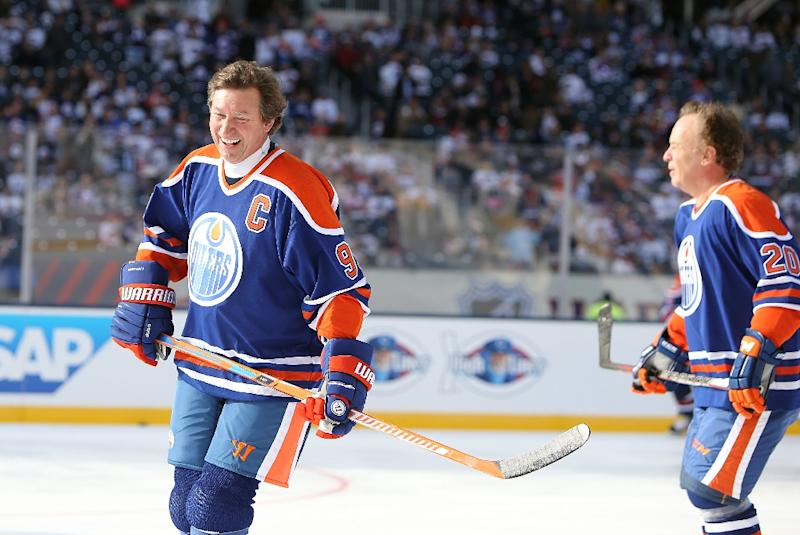 big sale b8be3 a8ae9 Gretzky skates again for Oilers in outdoor alumni game