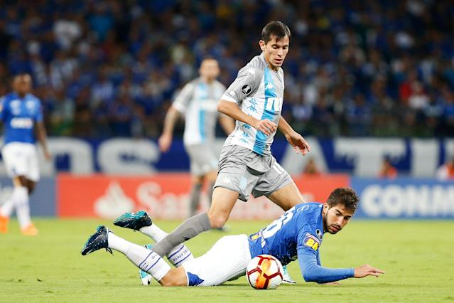 Soccer Football - Copa Libertadores - Brazil's Cruzeiro v Argentina's Racing Club - Mineirao stadium, Belo Horizonte, Brazil - May 22, 2018 - Lucas Silva (R) of Cruzeiro and Augusto Solari of Racing Club in action. REUTERS/Cristiane Mattos