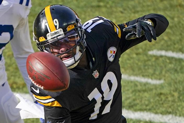 Pittsburgh Steelers wide receiver JuJu Smith-Schuster watches a ball that's midair.