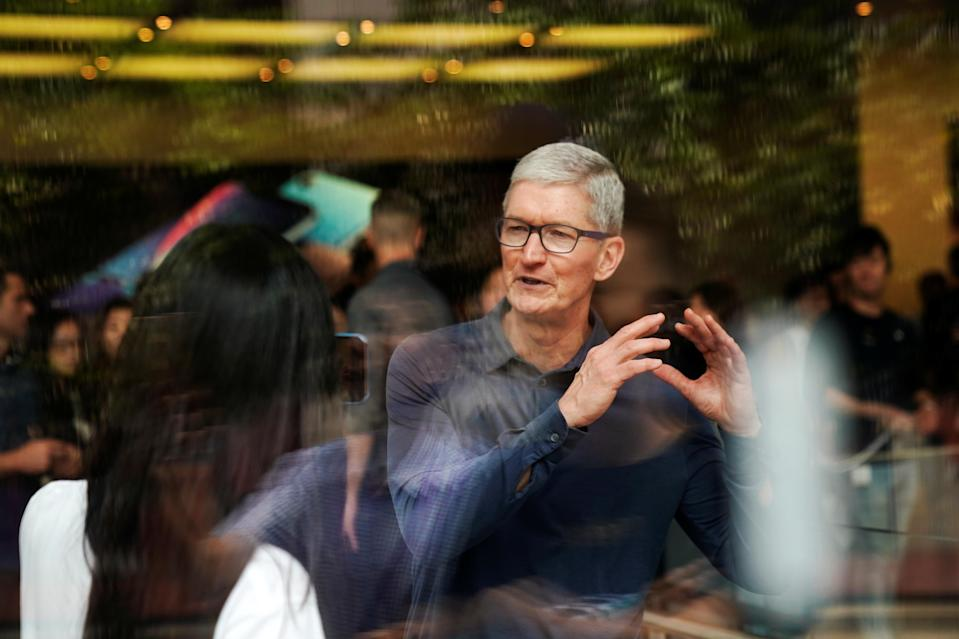 Apple CEO Tim Cook attends an Apple store in Shanghai, China October 9, 2018. Apple's problem (Photo: REUTERS/Aly Song)