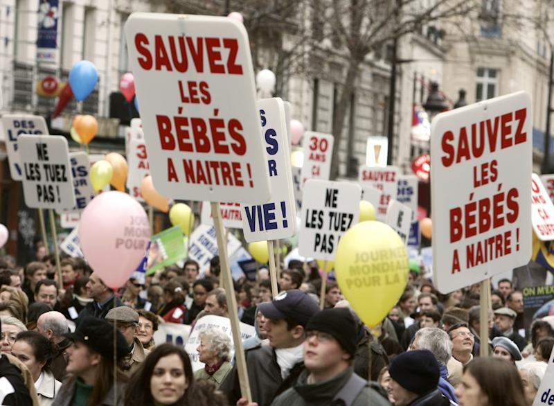 Plusieurs milliers de personnes défilent, le 22 janvier 2006 à Paris, pour réclamer l'abrogation de la loi Veil du 17 janvier 1975 légalisant linterruption volontaire de grossesse (IVG). AFP PHOTO JEAN-PIERRE MULLER (Photo by JEAN-PIERRE MULLER / AFP) (Photo by JEAN-PIERRE MULLER/AFP via Getty Images)