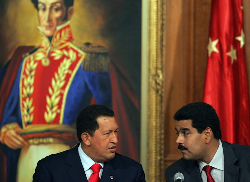 Venezuela's then-president Hugo Chavez (L) speaks with then-foreign minister Nicolas Maduro on October 17, 2006 in the Miraflores presidential palace in Caracas (AFP Photo/Juan Barreto)