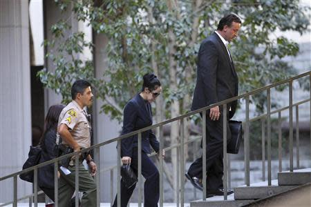 "Nadya Suleman, the single mother of 14 children including octuplets popularly dubbed ""Octomom"", leaves court after her arraignment in Los Angeles, California, January 17, 2014. REUTERS/David McNew"