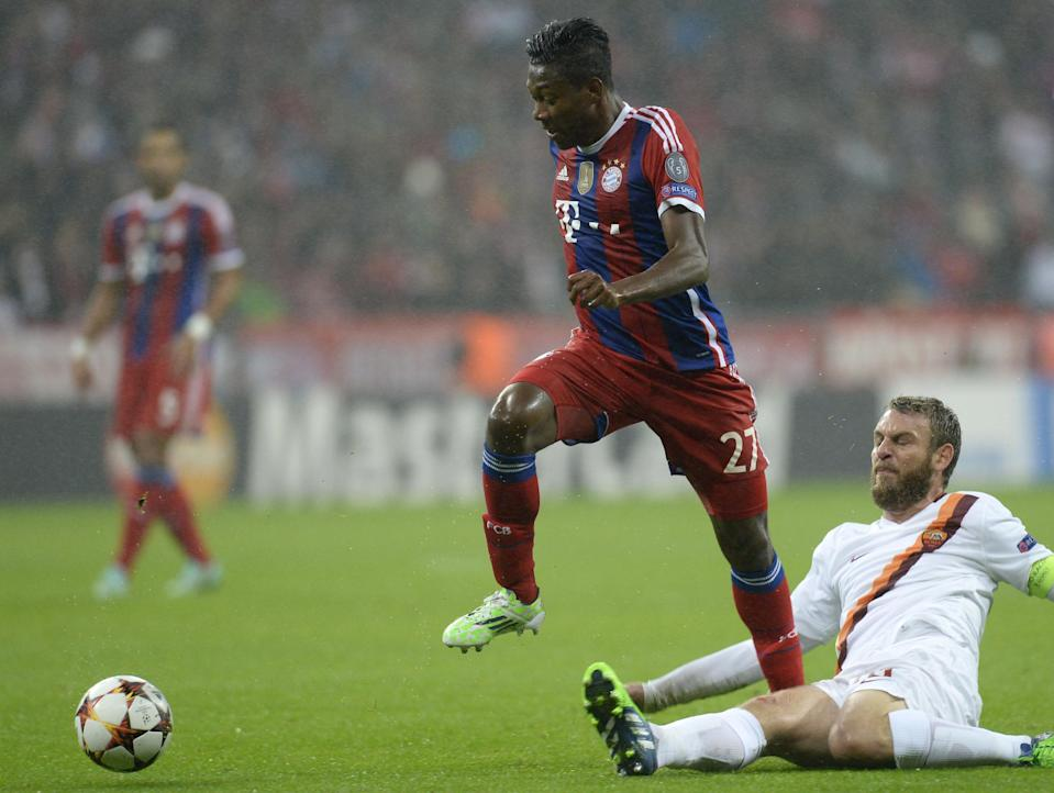 Bayern Munich's Austrian defender David Alaba (L) and Roma's midfielder Daniele de Rossi vie for the ball during their UEFA Champions League Group E second-leg football match in Munich, southern Germany, on November 5, 2014 (AFP Photo/Christof Stache)