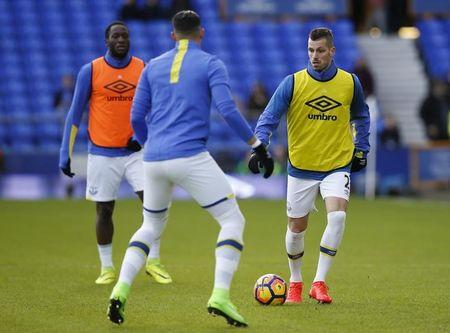 Everton's Morgan Schneiderlin warms up with teammates before the game