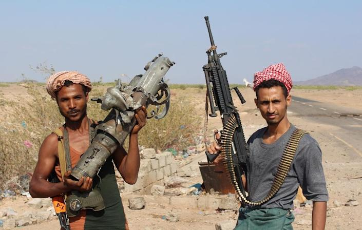Yemeni fighters loyal to the country's president Abedrabbo Mansour Hadi pose for a picture with weapons in the Dabab district in Taez province, southern Yemen on December 13, 2015 (AFP Photo/Saleh Al-Obeidi)