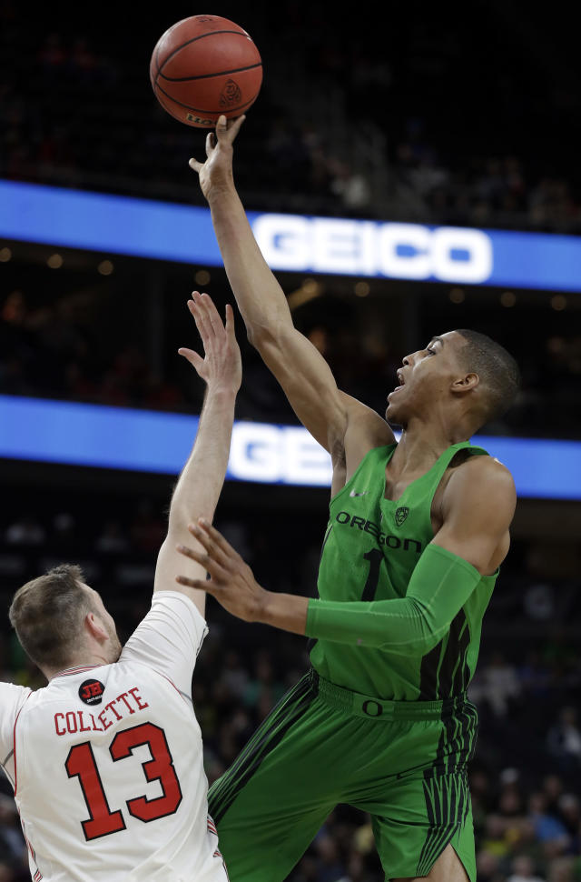Oregon's Kenny Wooten, right, shoots as Utah's David Collette defends during the first half of an NCAA college basketball game in the quarterfinals of the Pac-12 men's tournament Thursday, March 8, 2018, in Las Vegas. (AP Photo/Isaac Brekken)