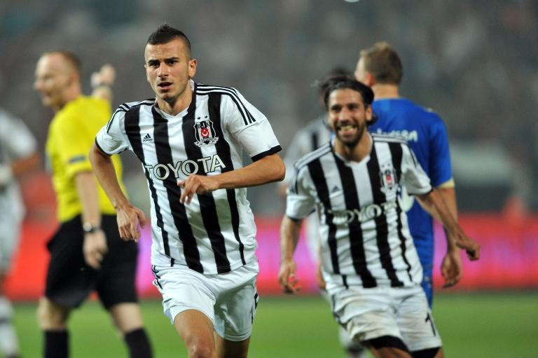 Besiktas' Oguzhan Ozyakup (L) celebrates after scoring during a Europa League match against Tromso in Istanbul on August 29, 2013 (AFP Photo/Ozan Kose)