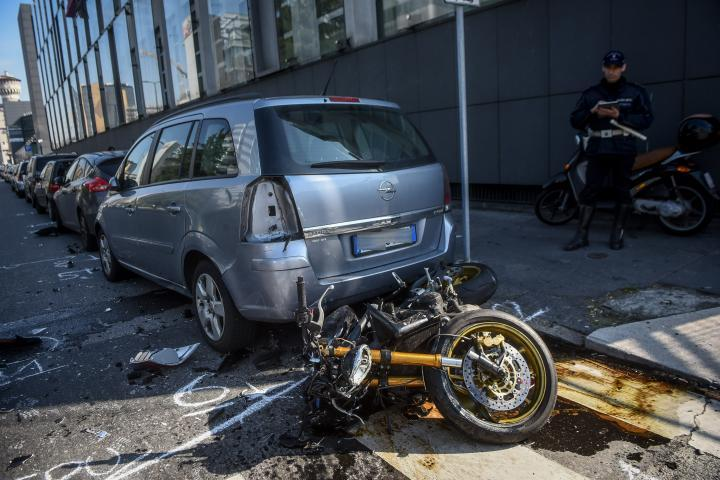 Milano, incidente tra auto e moto in viale Sarca: gravi due 20enni