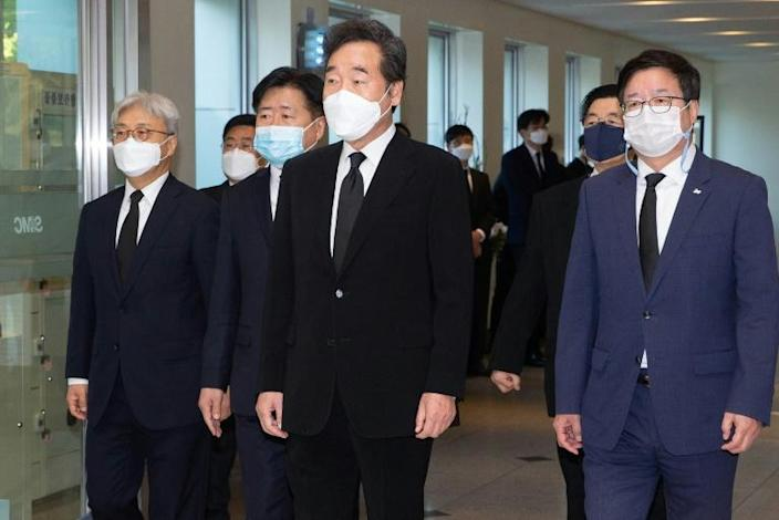 South Korea's ruling Democratic Party chairman and former prime minister Lee Nak-yon (C) also paid tribute on Monday