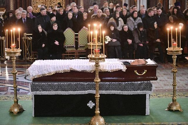 Relatives sit in front of the coffin of the late Russian ambassador to Turkey Andrei Karlov in Moscow on December 22, 2016 (AFP Photo/Alexander NEMENOV)