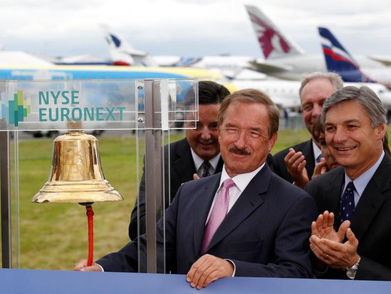FILE PHOTO: CEO of Air Lease Corp. Steven Udvar-Hazy rings the New York Stock Exchange bell alongside CEO of Boeing Commercial Airplanes Ray Conner at the Farnborough Airshow 2012 in southern England