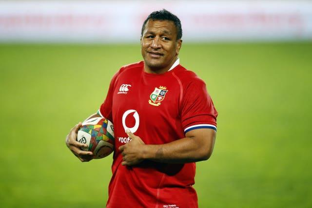 Mako Vunipola felt that Cheslin Kolbe was not hurt in the collision and so picked him up