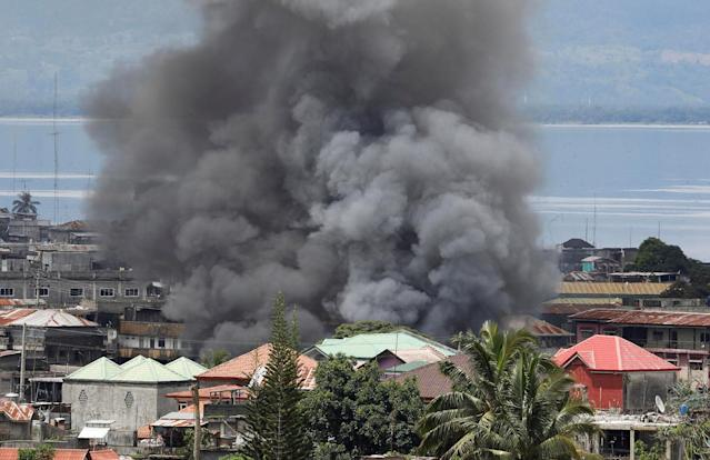 <p>Smoke billows in a residential neighbourhood in Marawi City due to fighting between government soldiers and the Maute militant group, in southern Philippines May 27, 2017. Picture taken May 27, 2017. (Erik De Castro/Reuters) </p>