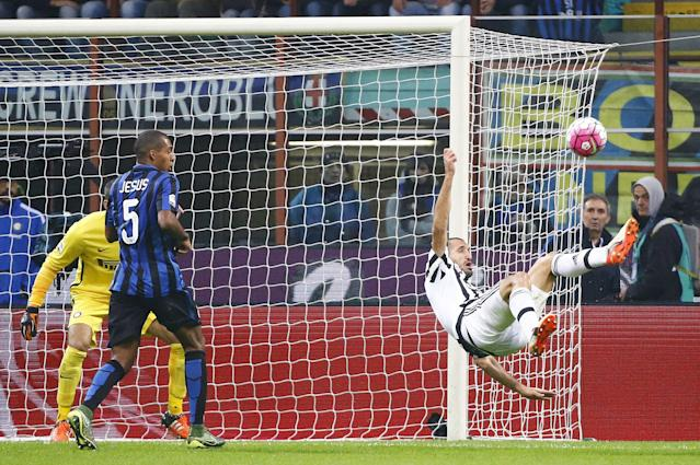 Juventus' Giorgio Chiellini (R) shoots during the Italian Serie A soccer match against Inter Milan at the San Siro stadium in Milan, Italy, October 18, 2015. REUTERS/Stefano Rellandini