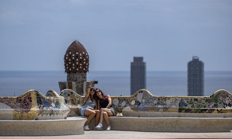 Two tourists at Park Güell in Barcelona