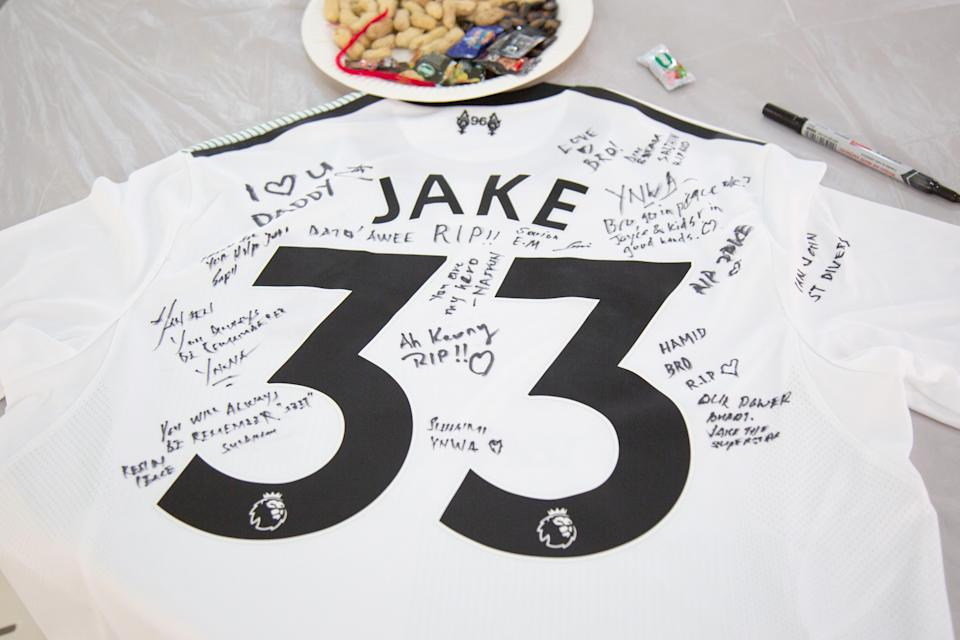 <span>Messages left by friends of the late Jake Seet Choon Heng's on a Liverpool football club jersey. (P</span>HOTO: Yahoo News Singapore)