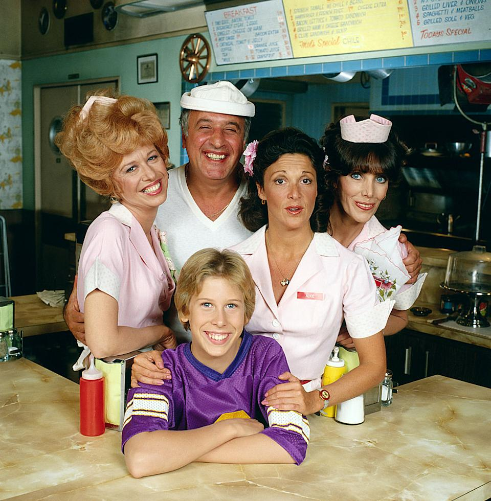 Philip McKeon, front, poses with co-stars Polly Holliday; Vic Tayback; Linda Lavin; and Beth Howland in January 1979. (Photo: CBS via Getty Images)