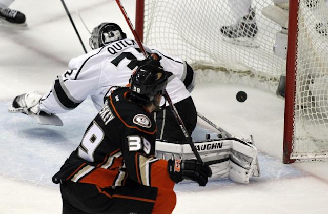 ADDS PERIOD - Anaheim Ducks left wing Matt Beleskey (39) scores in the first period against Los Angeles Kings goalie Jonathan Quick, left, in Game 1 of an NHL hockey second-round Stanley Cup playoff series in Anaheim, Calif., Saturday, May 3, 2014. (AP Photo/Alex Gallardo)
