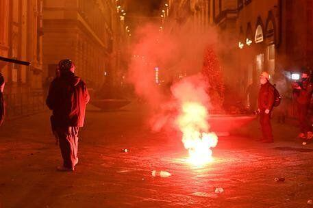 Protesters against the measures implemented to stop the spread of the coronavirus pandemic clash with Police in Florence, Italy, 30 October 2020 ANSA/CLAUDIO GIOVANNINI (Photo: ANSA)