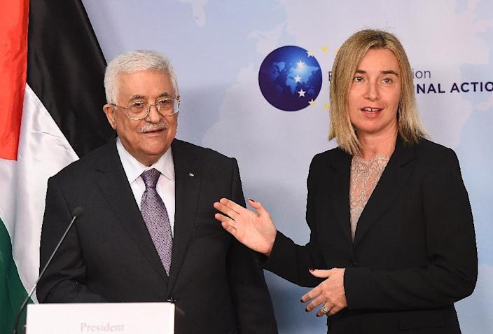 EU foreign policy chief Federica Mogherini meets Palestinian president Mahmud Abbas in Brussels on October 26, 2015 (AFP Photo/Emmanuel Dunand)