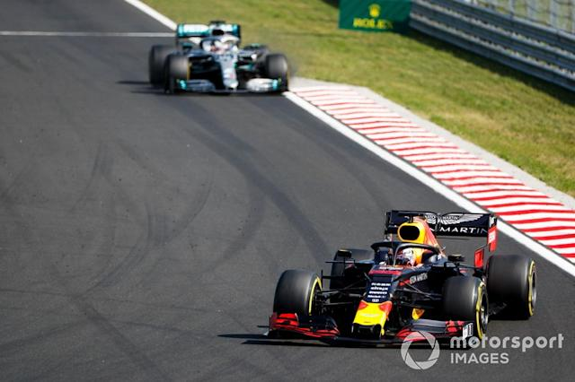 "Max Verstappen, Red Bull Racing RB15 lidera a Lewis Hamilton, Mercedes AMG F1 W10 <span class=""copyright"">Sam Bloxham / LAT Images</span>"