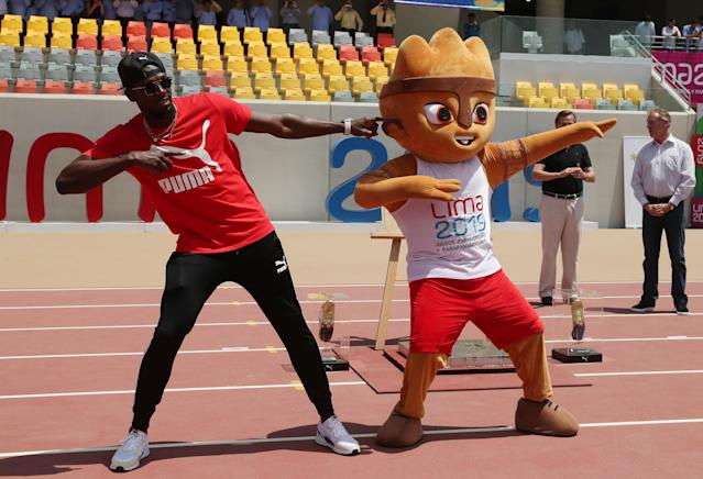 Usain Bolt visits the remodeled Atletico de la VIDENA Stadium and poses with Milco the mascot, in Lima, Peru April 3, 2019. REUTERS/Guadalupe Pardo