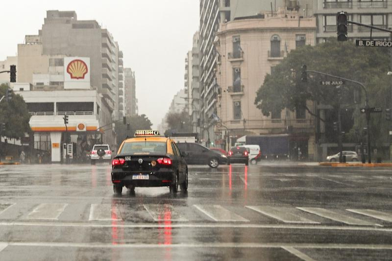 Cars drive past blacked-out traffic signals during a power cut in Buenos Aires (AFP Photo/ALEJANDRO PAGNI)