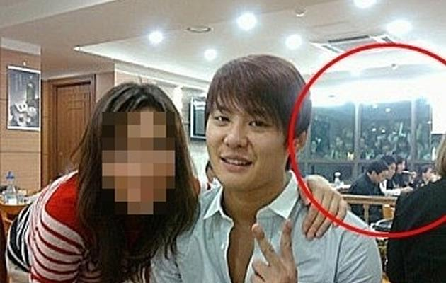JYJ's Junsu looking exhausted in a restaurant while sasaeng press against the glass outside (soompi.com)