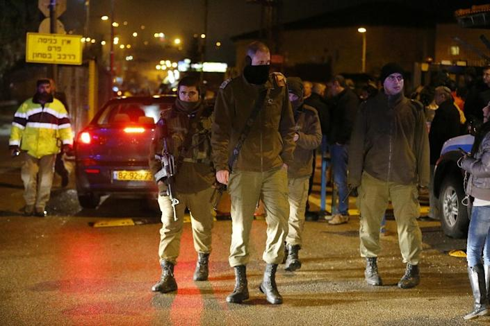 Israeli security forces stand guard at the site of a stabbing attack in the Jewish Beit Horon settlement in the West Bank, on January 25, 2016 (AFP Photo/Ahmad Gharabli)