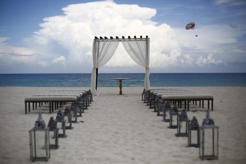 <p>Tourists see clean beaches and blue waters. Here, preparations are made for a wedding on a beach in Cancun, August 15, 2015.<i> (Photo: Reuters/Edgard Garrido)</i></p>