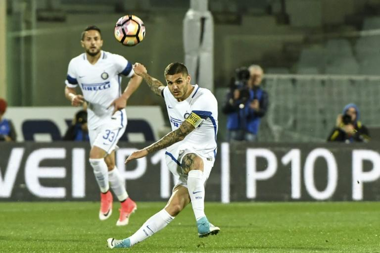 "Inter Milan's Mauro Icardi (C) kicks the ball during their match against Fiorentina on April 22, 2017 at Florence's ""Artemio Franchi"" communal stadium"