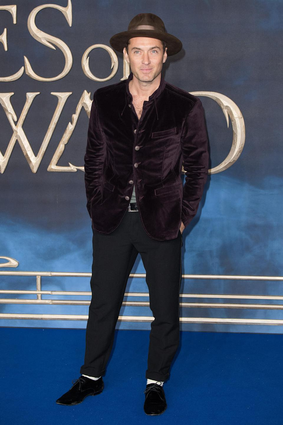 <p>Jude wore a fedora on the red carpet at the UK premiere of 'Fantastic Beasts: The Crimes Of Grindelwald' at Cineworld Leicester Square in London. <em>[Photo: Getty]</em> </p>