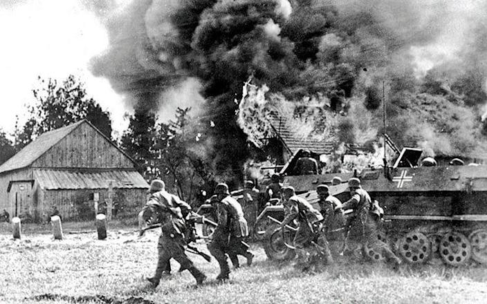 German soldiers move into a burning Russian village - Alamy