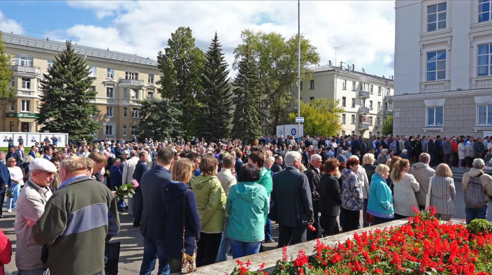 A crowd attends the funerals of five nuclear engineers in Russia (Picture: AP)