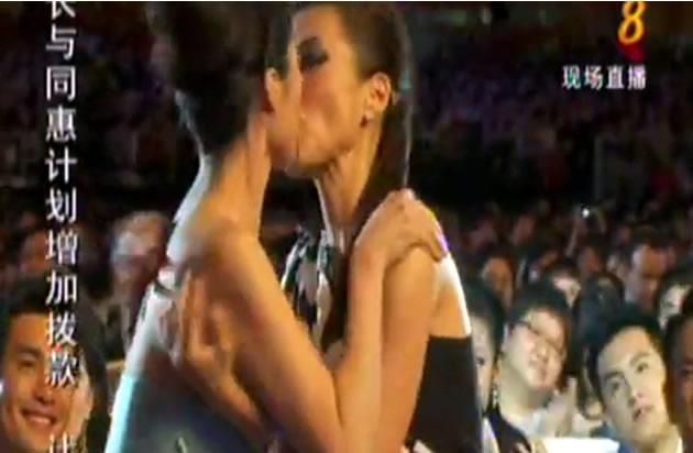 """MediaCorp will be censoring the """"kiss"""" for the repeat telecast of the Star Awards this Sunday afternoon. (YouTube screengrab)"""