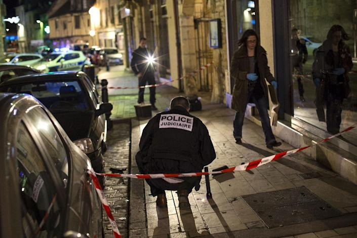 """Policemen collect evidence on December 21, 2014 in Dijon on the site where a driver shouting """"Allahu Akbar"""" ploughed into a crowd (AFP Photo/Arnaud Finistre)"""