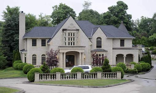 A home for sale on Kingsley Manor Drive in Bloomfield Hills. List price: $4.5 million. Sale price: $1.8 million. (David Coates / The Detroit News)