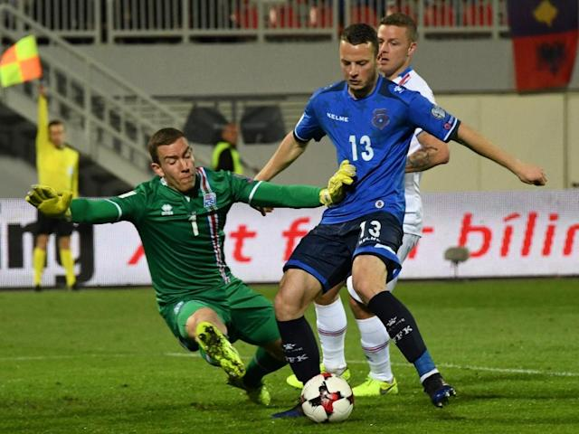 Kosovo's Amir Rrahmani (C) vies with Iceland's goalkeeper Hannes Halldorsson (L) during the FIFA World Cup 2018 qualification football match March 24, 2017 (AFP Photo/Gent SHKULLAKU)